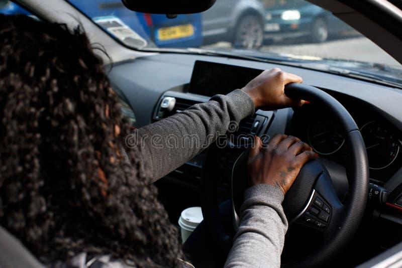按她的喇叭的非洲妇女司机 免版税库存照片