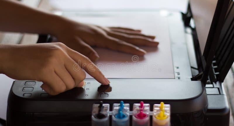 按影印机 免版税图库摄影