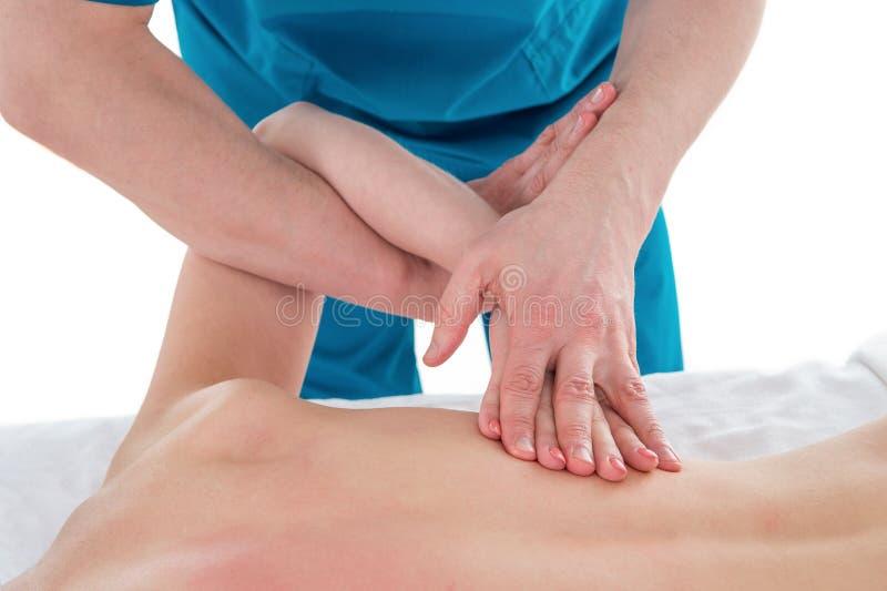 按摩人的小牛肌肉的手细节 施加在女性腿的治疗师压力 免版税库存照片