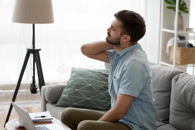 按摩从惯座生活方式的疲乏的人脖子痛苦 免版税库存照片