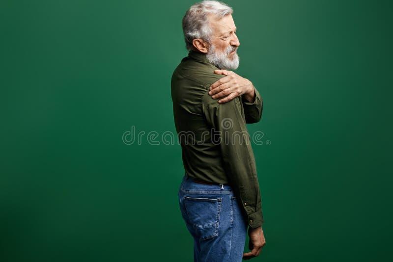 按摩他的肩膀的老人 免版税库存图片