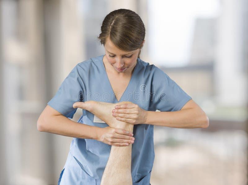按摩医生,做脚mas的生理治疗师的手特写镜头  库存照片