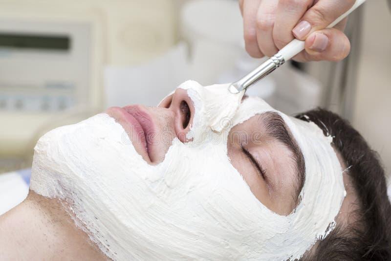 按摩和脸面护理的过程 库存图片