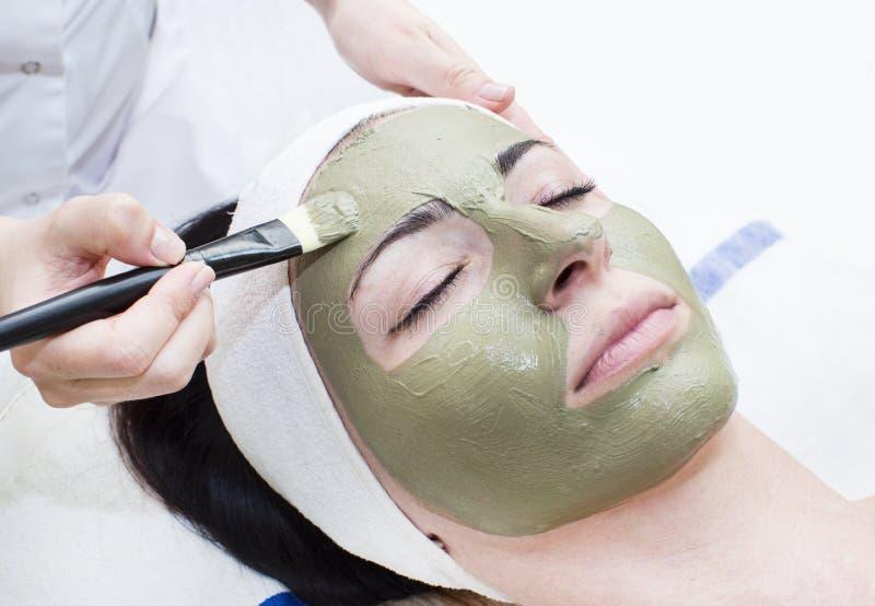 按摩和脸面护理的过程 免版税库存图片