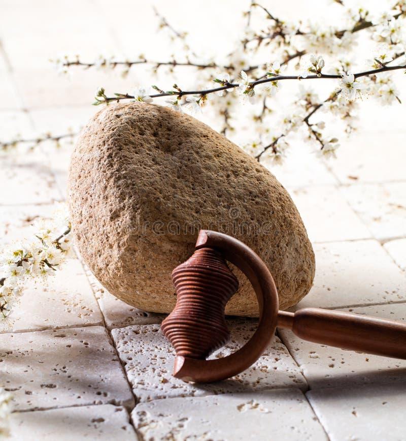 按摩在鲜花的工具为矿物秀丽温泉治疗 免版税图库摄影