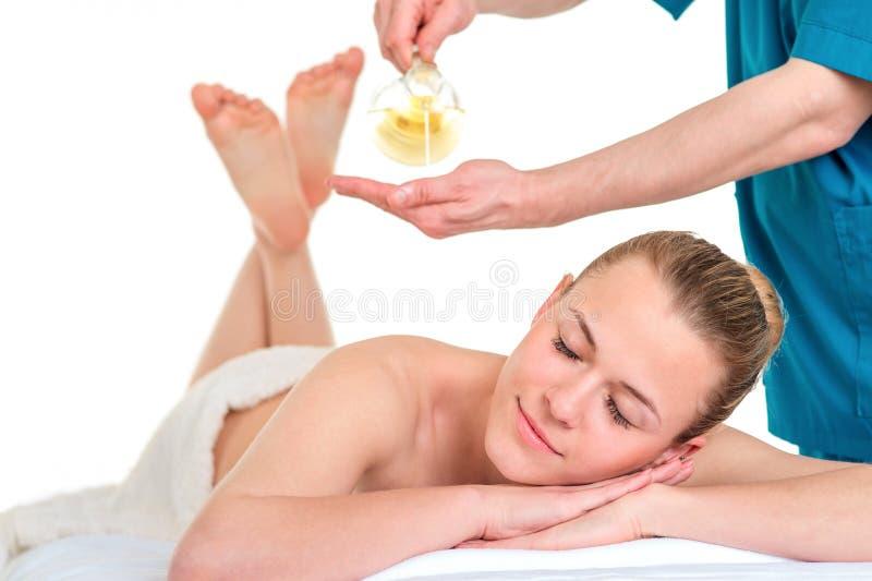 按摩女性后面的人治疗师 松弛温泉做法 pl 免版税库存图片