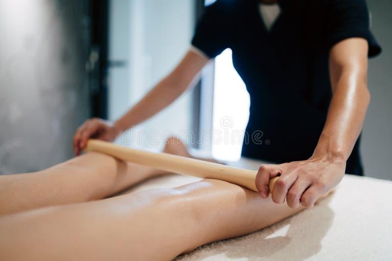 按摩女按摩师的男按摩师在健康手段. 女孩, 放松.