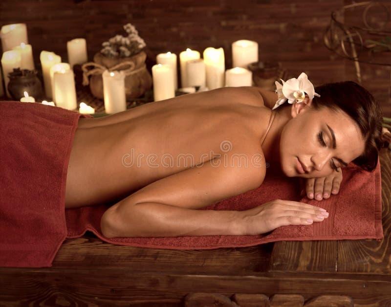 按摩脊柱治疗者妇女按摩疗法温泉沙龙的 免版税库存图片