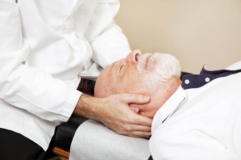 按摩脊柱治疗者特写镜头 图库摄影