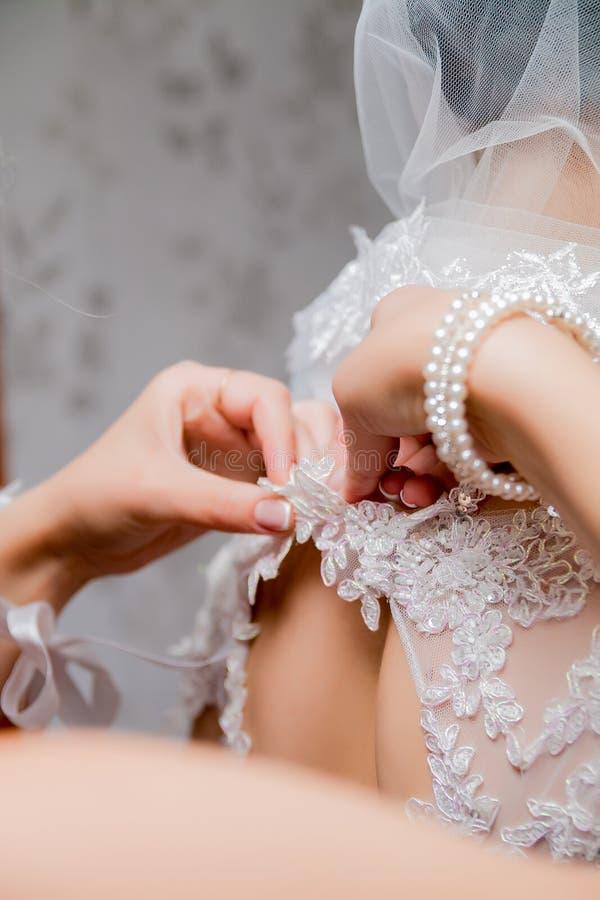 按新娘的婚礼礼服 关闭 库存图片