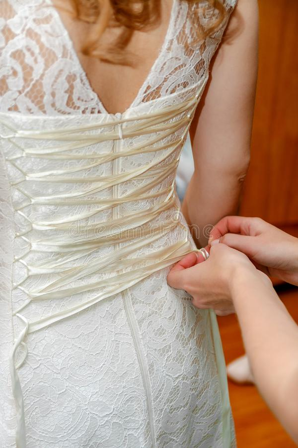 按新娘` s婚礼礼服 库存图片