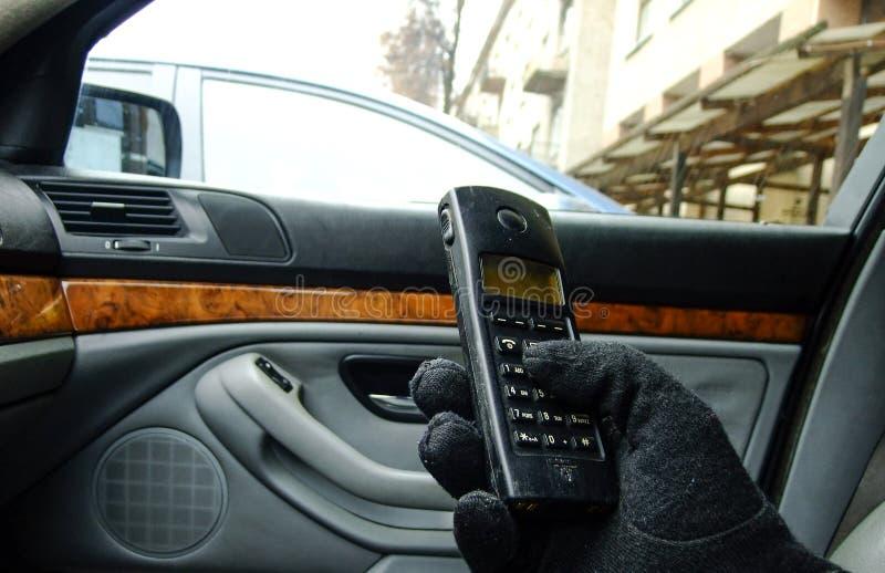按电话的按钮在汽车的人 免版税库存图片