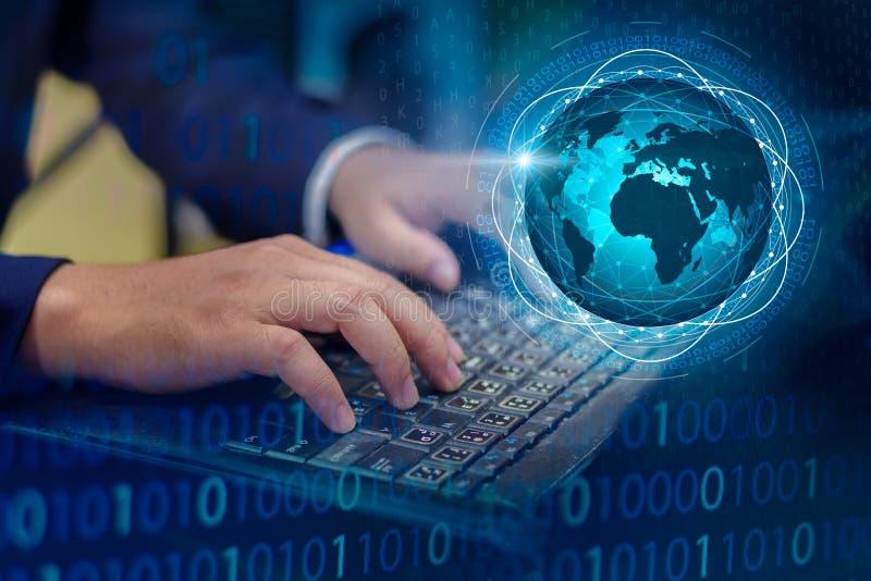 按进入在计算机上的按钮 企业后勤学通讯网络世界地图传送信息连接keyboar全世界的手 免版税库存照片