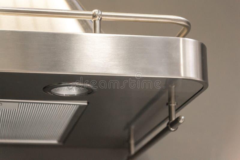 按钮细节特写镜头在金属排气扇的有光的在豪华厨房里 免版税库存照片