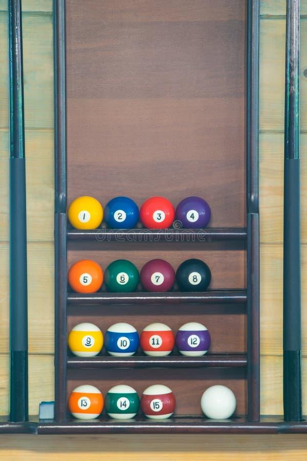 按顺序安排的撞球的立场,背景 免版税图库摄影