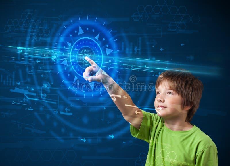 按高技术控制板屏幕骗局的年轻技术男孩 免版税库存照片