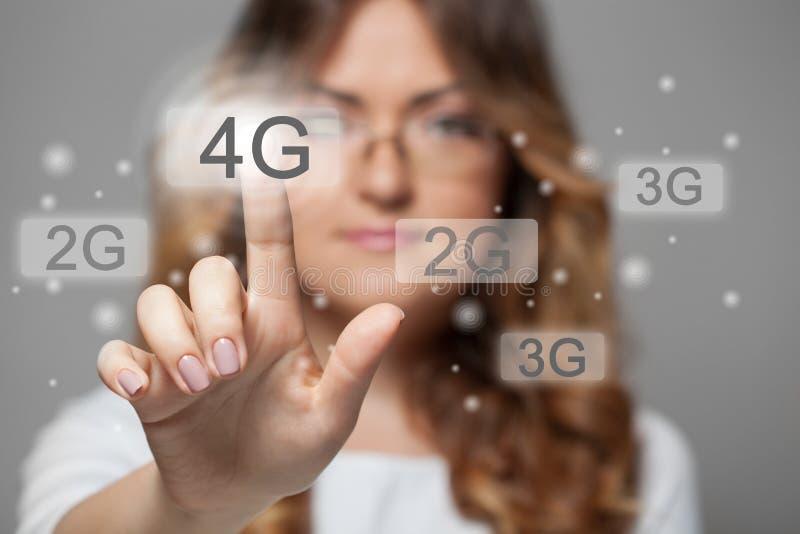 按4g触摸屏幕按钮的妇女 库存照片