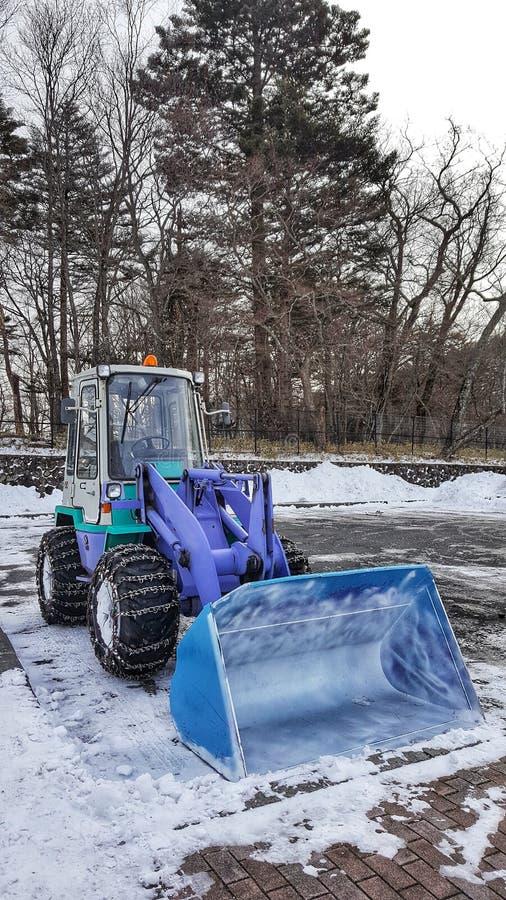 挖掘在地面的雪的反向铲 库存照片