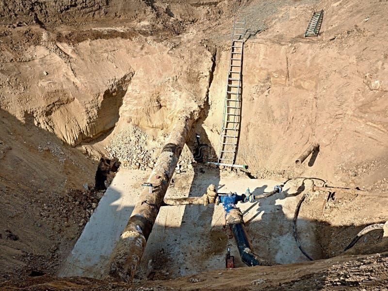 挖掘坑 老500mm喝有150mm垄断的胳膊的水管有闸式阀的 免版税库存照片
