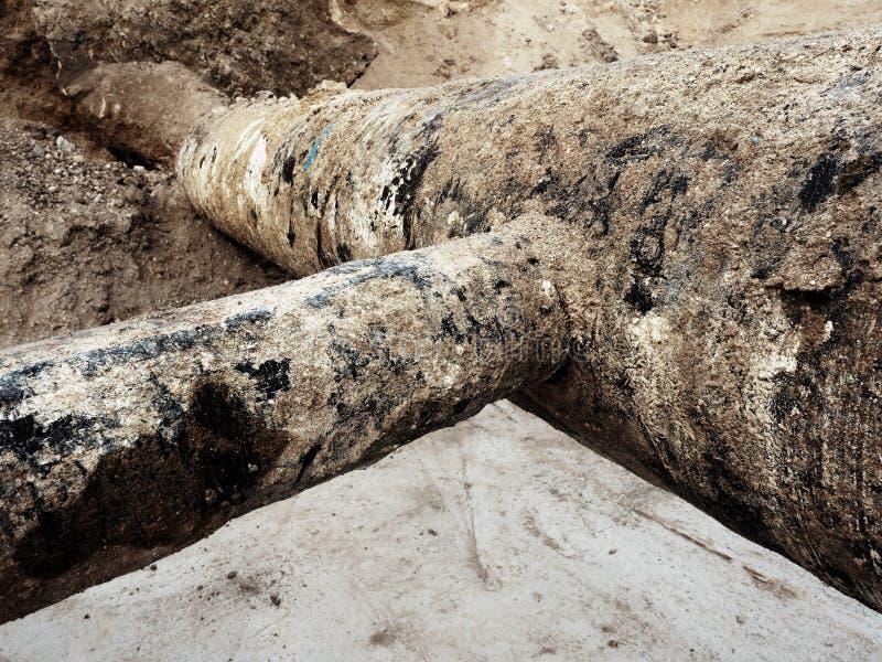 挖掘坑 老500mm喝有150mm垄断的胳膊的水管 图库摄影