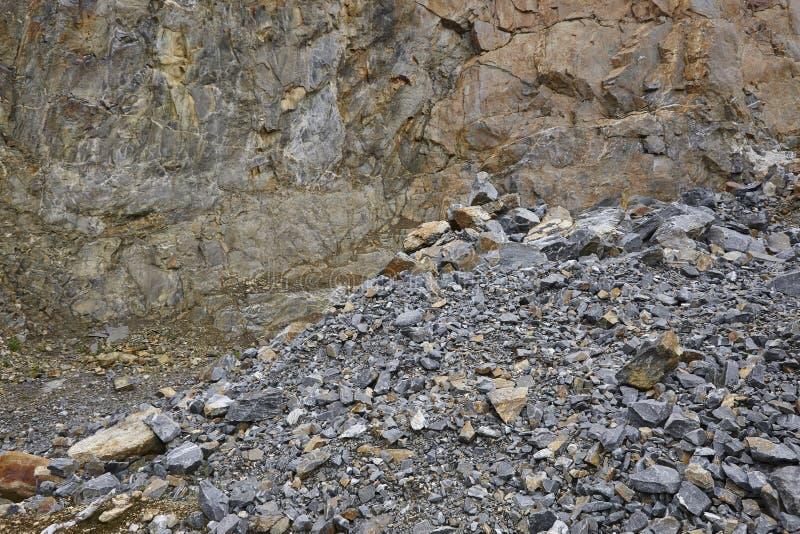 挖掘有石渣和石墙的矿物工厂 挖掘 免版税库存图片