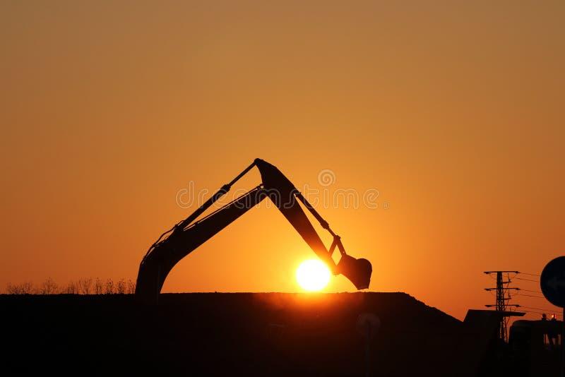 Download 挖掘机剪影 库存图片. 图片 包括有 卡车, 红色, 大量, 橙色, 布琼布拉, 日落, 挖掘, 站点, 背景 - 62535671