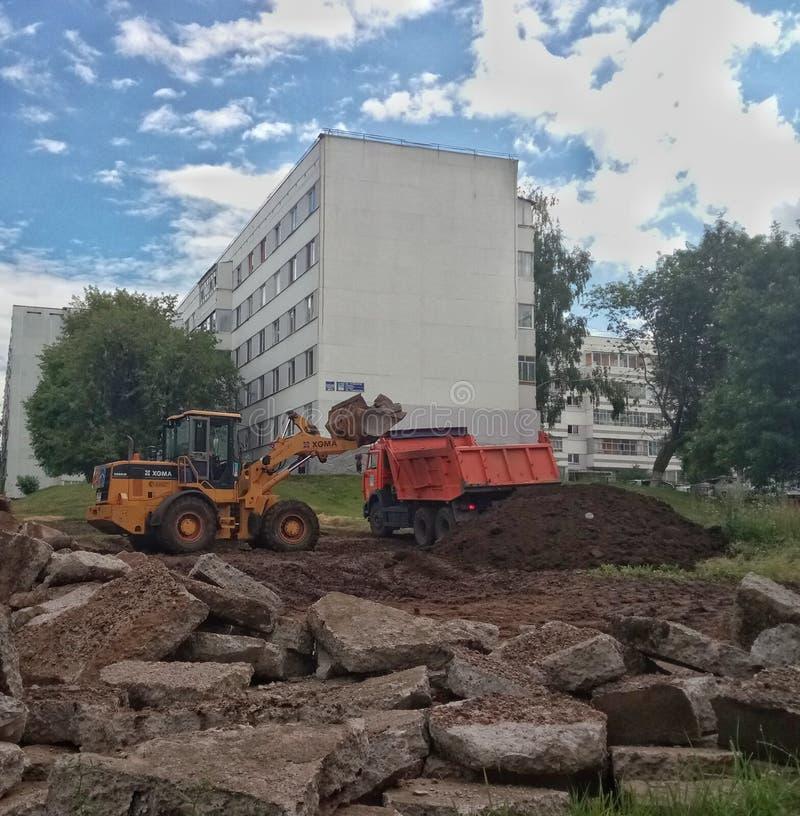 挖掘机和卡车在工作 图库摄影