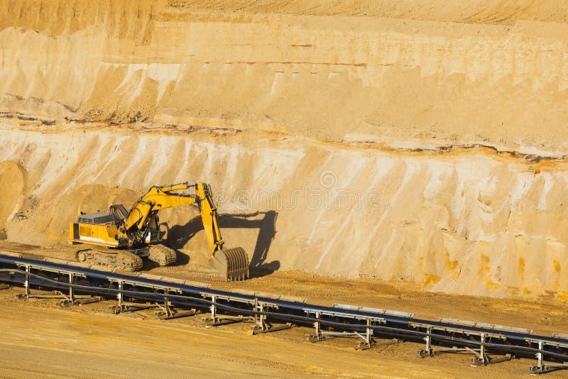 挖掘机在坑矿 库存图片