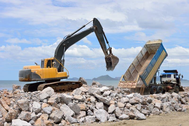 挖掘机机器移动与被上升的桶 图库摄影