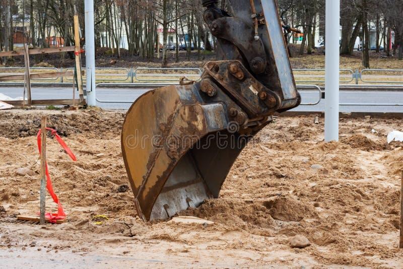 挖掘机瓢关闭在工地工作 免版税库存图片
