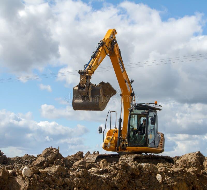 挖掘机的移动的土壤 图库摄影