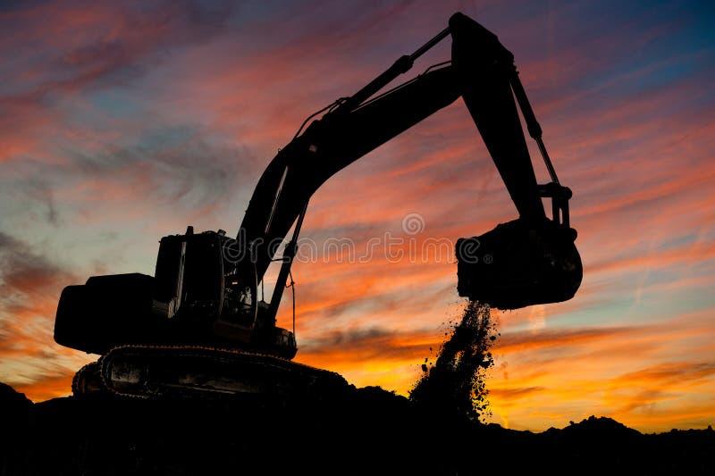 挖掘机装入程序跟踪类型工作 免版税库存图片