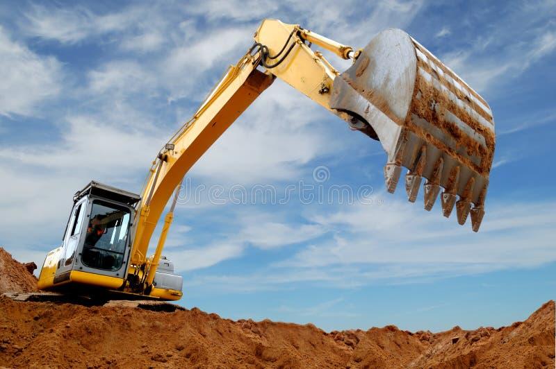 挖掘机装入程序sandpit 免版税图库摄影
