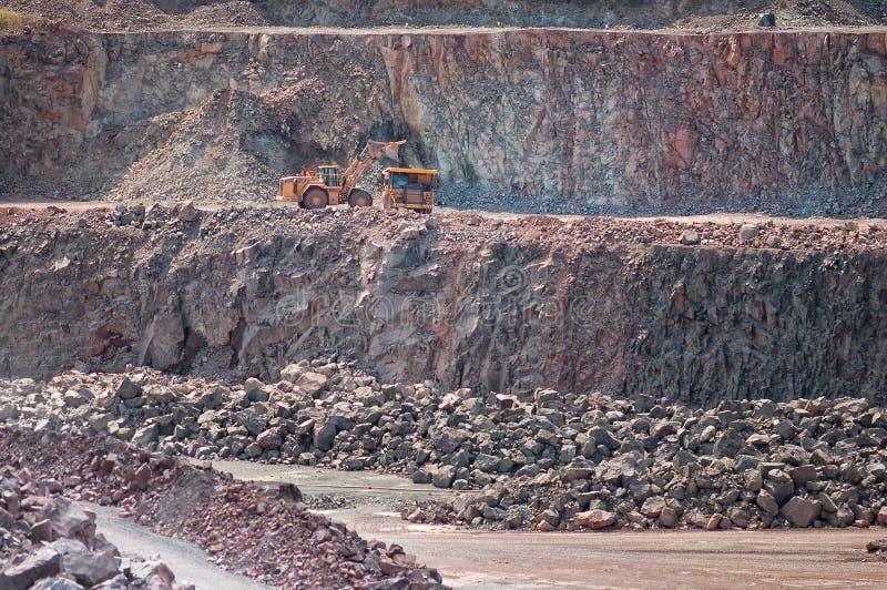 挖掘机装货倾销者卡车在猎物矿 免版税库存照片