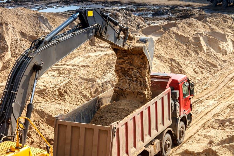 挖掘机装货倾销者卡车 图库摄影