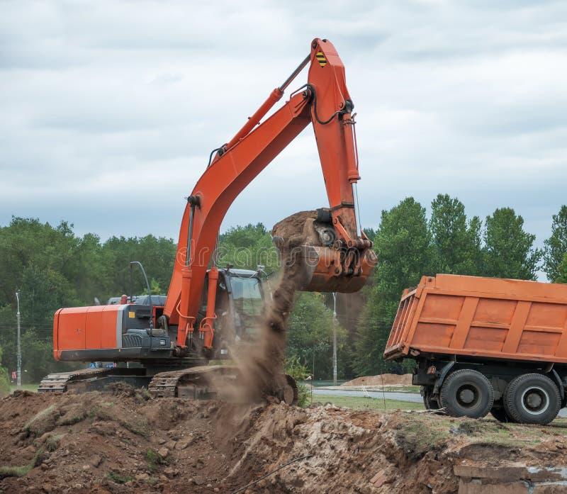 挖掘机装货倾销者卡车 库存照片