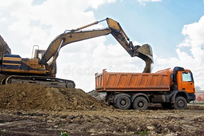挖掘机装货卡车 免版税图库摄影