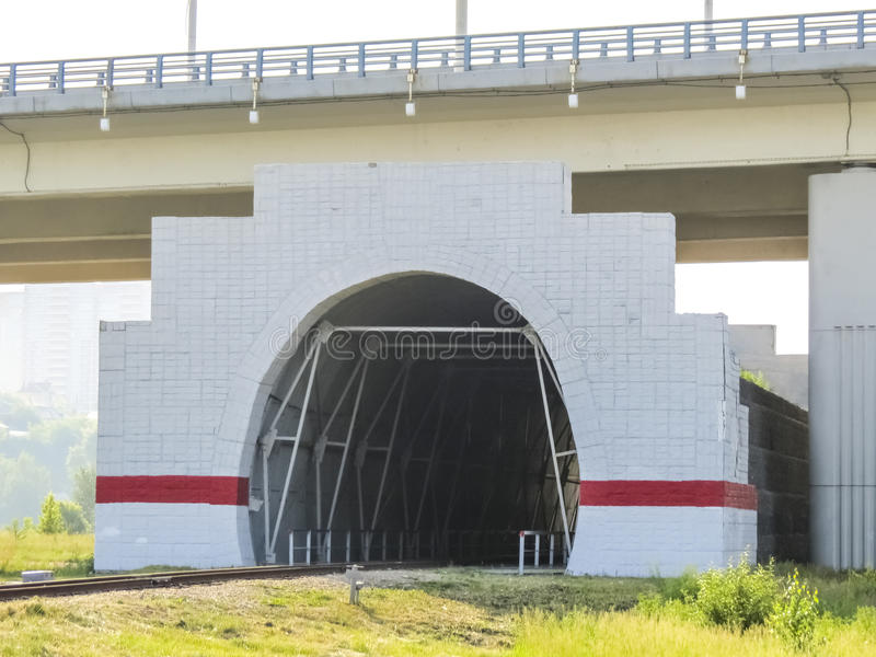 挖洞在铁路轨道在桥梁下 库存图片