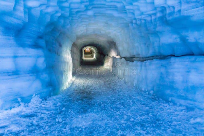 挖洞在Langjokull冰川的冰洞在冰岛 免版税库存照片