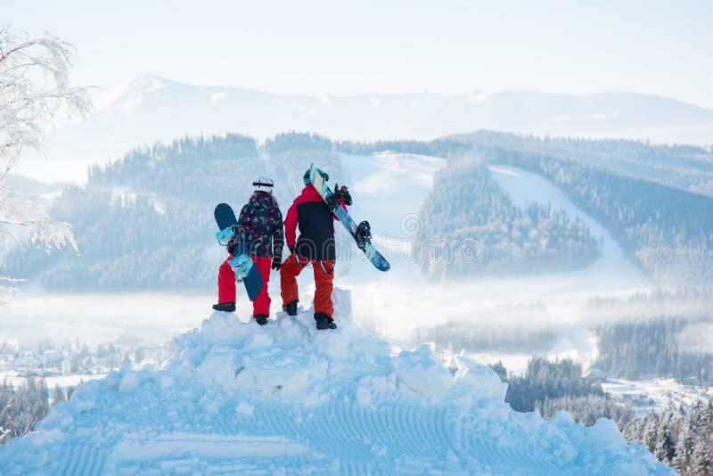 挡雪板享受山和森林喀尔巴汗雪白风景  库存图片