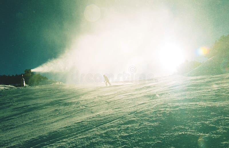 挡雪板和雪大炮在行动 雪大炮 图库摄影