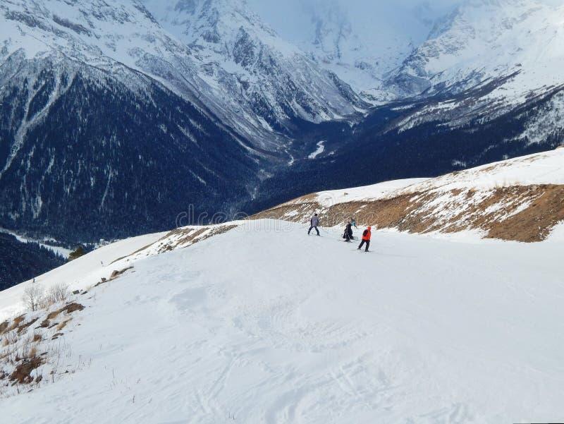 挡雪板和滑雪者高度的2 000米在Dombay 库存图片