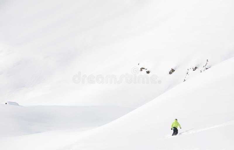 挡雪板在冬天登上的新鲜的粉末雪进来下坡 免版税图库摄影