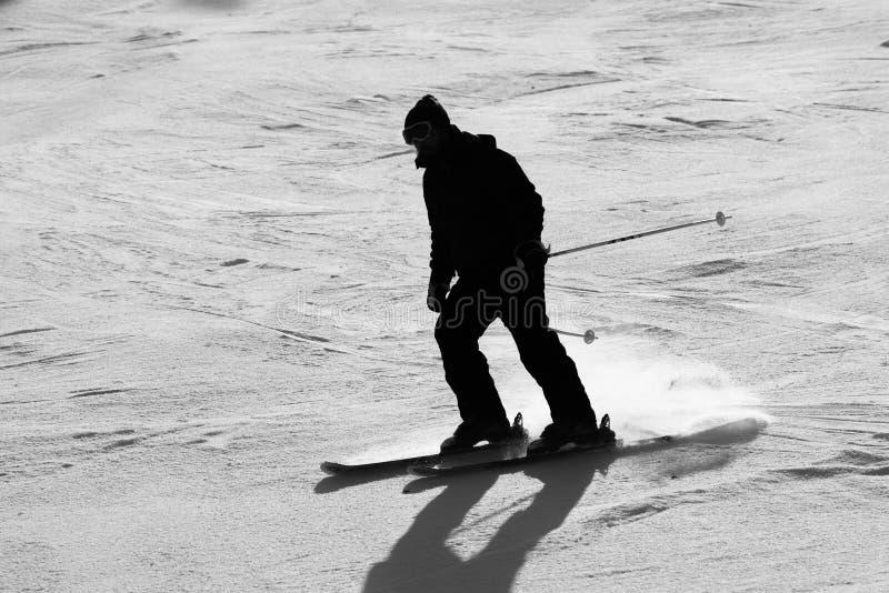挡雪板在山坡下的一个晴天 图库摄影