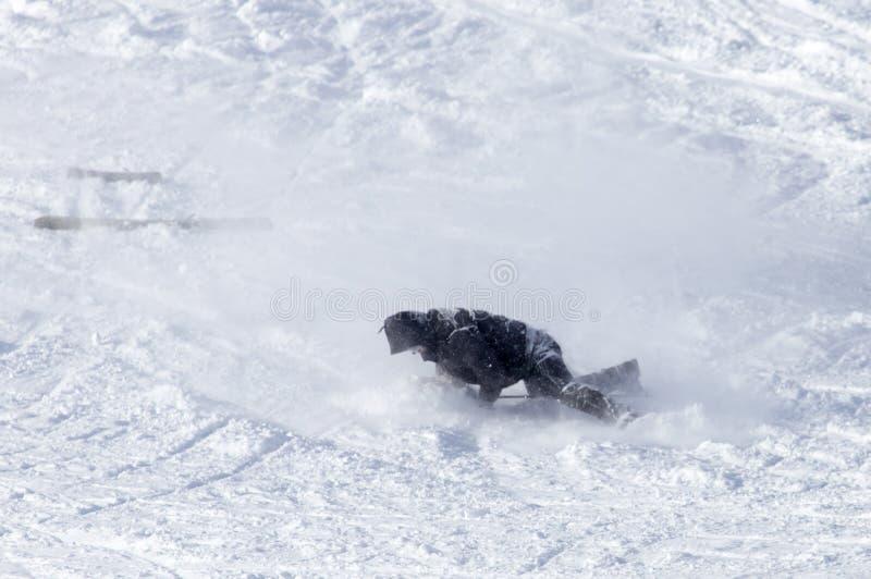 挡雪板在雪跌倒了 库存照片