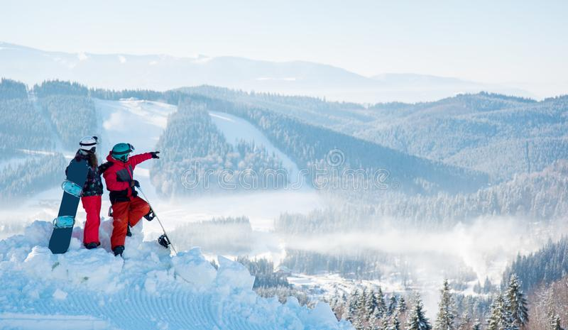 挡雪板结合身分在山顶部 免版税库存照片