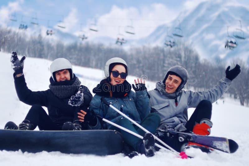 挡雪板跳与从snowhill的雪板 人在背景中跳跃的山风景 在上流的挡雪板滑雪 免版税图库摄影