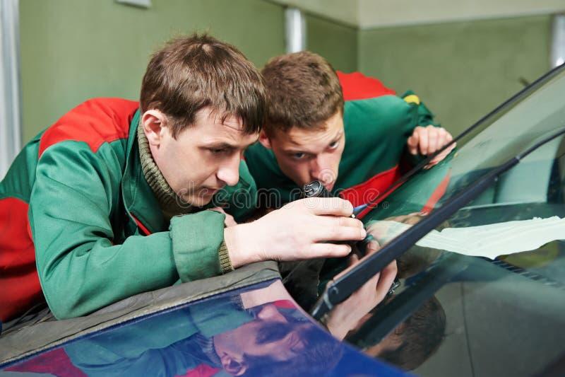 挡风玻璃安装工工作者 免版税库存图片