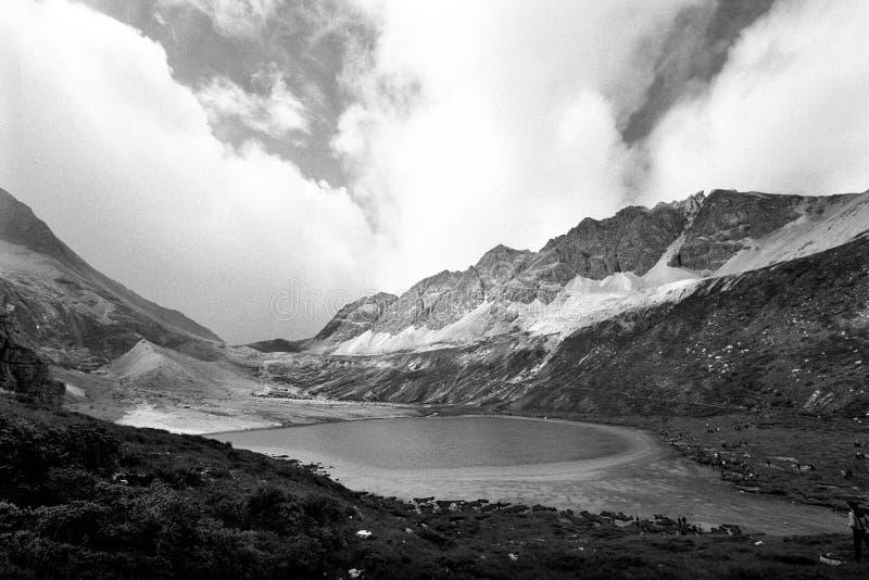 挤奶佛教香格里拉雪山的湖  免版税库存照片
