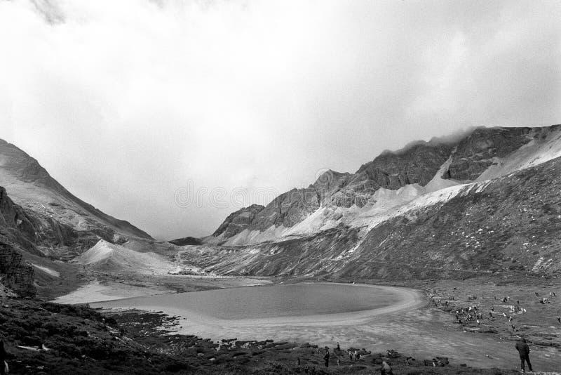 挤奶佛教香格里拉雪山的湖  免版税图库摄影